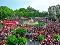 Fußball FC Sevilla feiert mit Fans Europa League Sieg Celebration of FC Sevilla after winning t