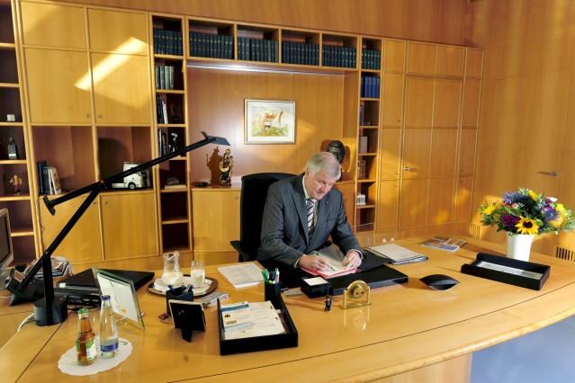 Horst Seehofer in seinem Büro