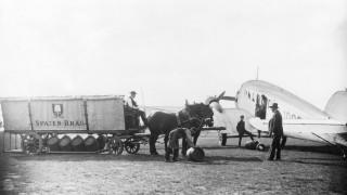 """Bierwagen der """"Spatenbräu"""" an einer Junkers Ju 52 in München"""