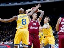 Maik Zirbes Nr 33 FC Bayern Muenchen Basketball gegen DeAndre Lansdowne Nr 8 Basketball Loewen