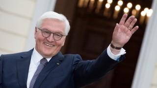 Bundespräsident Steinmeier winkt