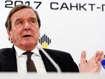 Altkanzler Gerhard Schröder spricht als Aufsichtsratsvorsitzender des russischen Energieunternehmens Rosneft 2017 in Sankt Petersburg.