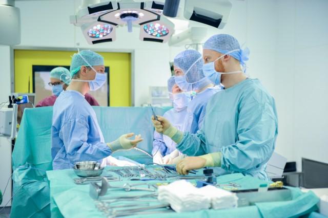 OP-Pfleger Marc Freier (rechts): Scheitern seine Karrierepläne an einer neuen Begrenzung für die Wartezeit bis zum Medizinstudium?