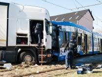 Bei einem Unfall in Kassel ist eine Straßenbahn frontal mit einem Lastwagen zusammengestoßen.