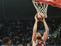 Danilo Barthel mit Ball FC Bayern gegen Stephane Lasme Unics Kazan Basketball EuroCup FC