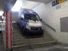 Esslingen: Auto rasselt über Treppe in Fußgängerunterführung (Vorschaubild)