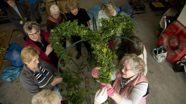 Eichenau: Frauen-Union bastelt Osterkrone / BAUHOF