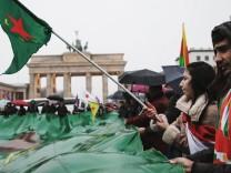 In Berlin demonstrieren Kurden vor dem Brandenburger Tor gegen die türkische Militäroffensive in Nordsyrien.