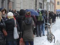 Warteschlange bei Wohnungsbesichtigungstermin in München, 2013