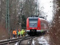 In Hechendorf werden die Gleise ausgetauscht; Am Bahnhof Hechendorf der Linie S8