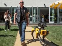 Jeff Bezos mit Roboterhund