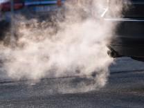 Auspuff-Abgase eines Autos - die Stickoxid-Belastung ist in vielen deutschen Städten deutlich zu hoch.