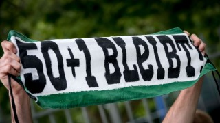 50+1-Regel: Fans von Hannover 96 protestieren für die 50+1-Regel vor der HDI-Arena in Hannover.