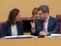 Ministerpräsident Markus Söder unterhält sich mit Bauministerin Ilse Aigner (beide CSU) im bayerischen Landtag.
