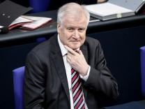 Bundesinnenminister Horst Seehofer am 23. März 2018 im Deutschen Bundestag. In seiner Regierungserklärung verspricht er, mehr für den gesellschaftlichen Zusammenhalt kämpfen zu wollen.