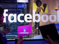Facebook steht 2018 massiv in der Kritik: Der Firma Cambridge Analytica ist es gelungen, sich die Daten von Millionen Nutzern anzueignen.