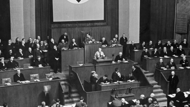 Franz Stör hält im Reichstag eine Rede, 1933