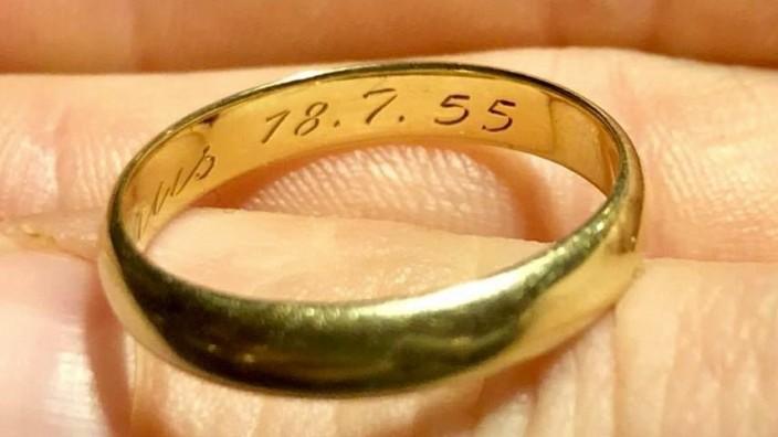 Der verlorene Ehering einer Niederländerin gelangte mit Hilfe eines Facebook-Postst wieder zurück zur 85 Jahre alten Besitzerin.