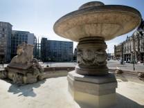 Wie viele Brunnen in München ist der Wittelsbacher Brunnen am Lenbachplatz schon abgedeckt, aber noch unbefüllt.