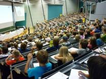 Kinder an der Universität, der Hörsaal in Bayreuth ist gut gefüllt.