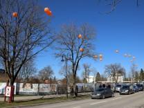 Mit Gasballons gegen die Baupläne; Demo in Gauting