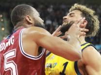 Reggie Redding li FC Bayern und Joshiko Saibou Alba zoffen sich Basketball BBL FC Bayer