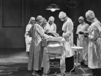 Ärzteteam bei einer Operation