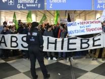 Bei Abschiebungen nach Afghanistan gibt es immer wieder Proteste am Flughafen München
