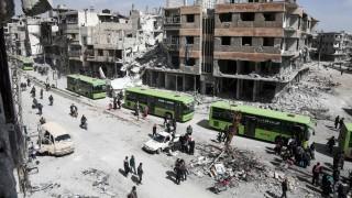 Syrien: In Ost-Ghouta verlassen Zivilisten und Aufständische in Bussen die umkämpfte Stadt.