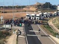Anhänger von Carles Puigdemont blockieren Straßen in Katalonien nach seiner Festnahme in Deutschland.