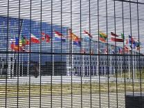 25 06 2017 Br¸ssel Belgien Fahnen vor dem NATO GebâÄ°ude Br¸ssel Bruxelles GebâÄ°ude NATO GebâÄ°ud