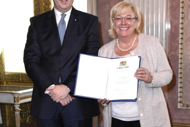 Markus Söder und Sylvia Stierstorfer bei der Aushändigung der Ernennungsurkunden des neuen bayerisch