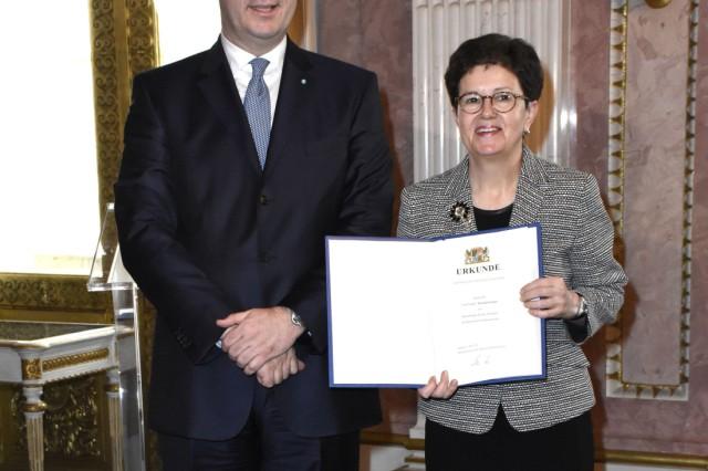 Markus Söder und Gudrun Brendel Fischer bei der Aushändigung der Ernennungsurkunden des neuen bayeri