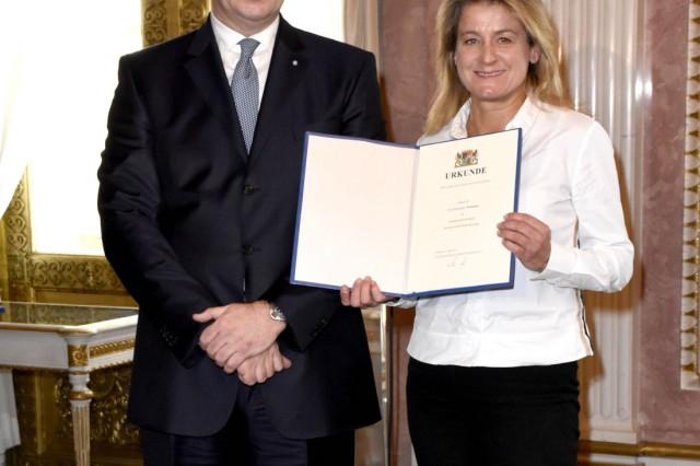 Markus Söder und Mechthilde Wittmann bei der Aushändigung der Ernennungsurkunden des neuen bayerisch