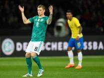 Der deutsche Nationalspieler Toni Kroos kritisierte nach dem verlorenen WM-Test gegen Brasilien seine Mitspieler.