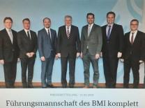 CSU-Politiker Horst Seehofer und die Staatssekretäre des Bundesinnenministeriums präsentieren sich auf einem Foto.