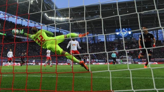 Im Bundesliga-Spiel RB Leipzig gegen Bayern München trifft Bayern-Stürmer Sandro Wagner zum 1:0.