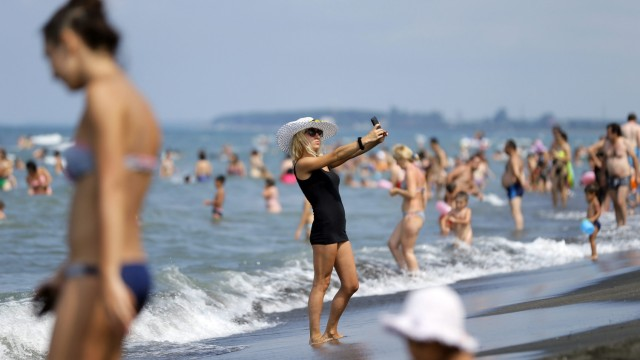 Frau macht Selfie am Strand