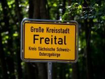 """Ortseingangsschild der Großen Kreisstadt Freital - gegen Mitglieder der rechtsextremen Terrororganisation """"Gruppe Freital"""" wurden 2018 hohe Freiheitsstrafen verhängt."""