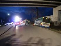 Einsatz Verkehrsunfall Bus Mammendorf, Am Bahnhof, unterhalb der Straßenbrücke der Kreisstraße FFB 2