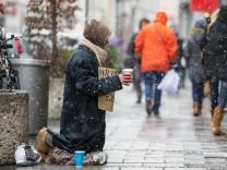 Obdachlosigkeit und Bettler gehören auch im reichen München zum Stadtbild, wie hier in der Sendlinger Straße.