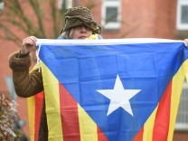 A woman hold a Estelada (Catalan separatist flag) in protest to support the release of former Catalan regional president Carles Puigdemont in front of the prison in Neumuenster