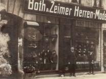 """Herrenbekleidungsgeschäft Both & Zeimer, Lindwurmstraße 185, undatiert. Ausstellung der Landauer Stiftung """"Sendling wird arisiert"""