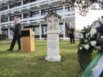 An den Widerstandskämpfer Thomas Max erinnert vor dem Grünwalder Rathaus ein Gedenkstein.
