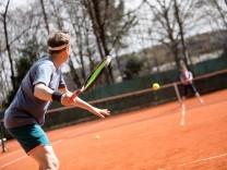 Tennisplatz, Chiemgaustr 201, der Frühling kommt