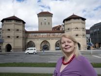 Liane Reithofer vor dem Isartor  macht Stadtführungen und verknüpft Redewendungen mit Münchner Geschichte.