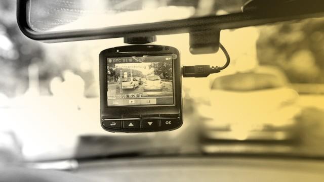 Eine Dashcam an einem Rückspiegel
