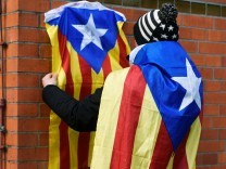 A supporter of former Catalan regional president Carles Puigdemont fixes an Estelada at the prison in Neumuenster