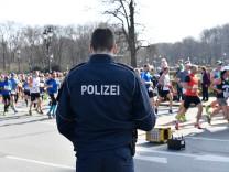 Berliner Halbmarathon 2018: Ein Polizeibeamter beobachtet die Laufstrecke.