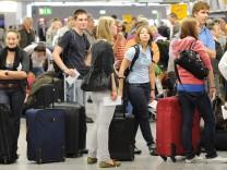 Menschenschlange am Lufthansa-Check-in am Flughafen Frankfurt.